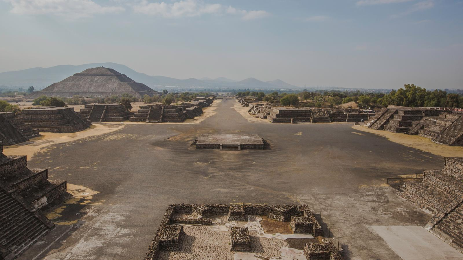 an overview of teotihuacan Overview the best tour to teotihuacan live the experience of traveling by public  transport from mexico city and walk over 25 km through the teotihuacan.