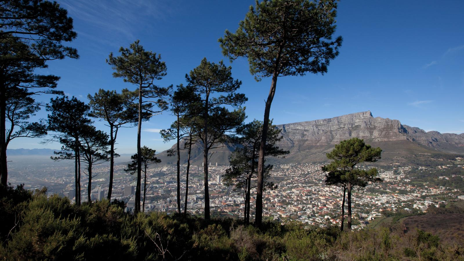 Landscape photo of Cape Town with Table Mountain in the background