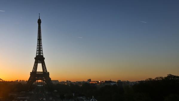 Come to Paris with us to watch 'la tour Eiffel' light up at night.