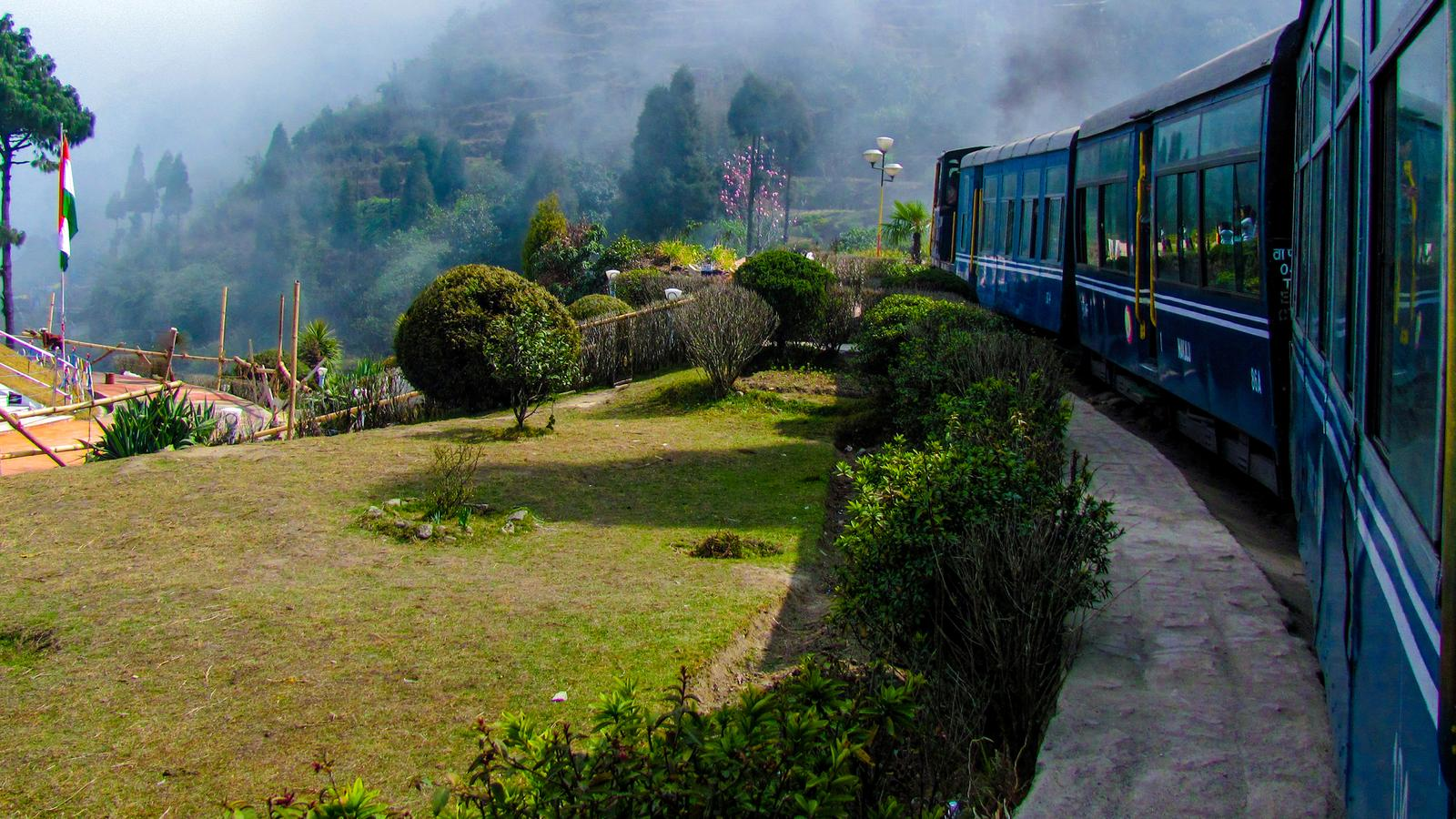 how to go darjeeling from kolkata by train