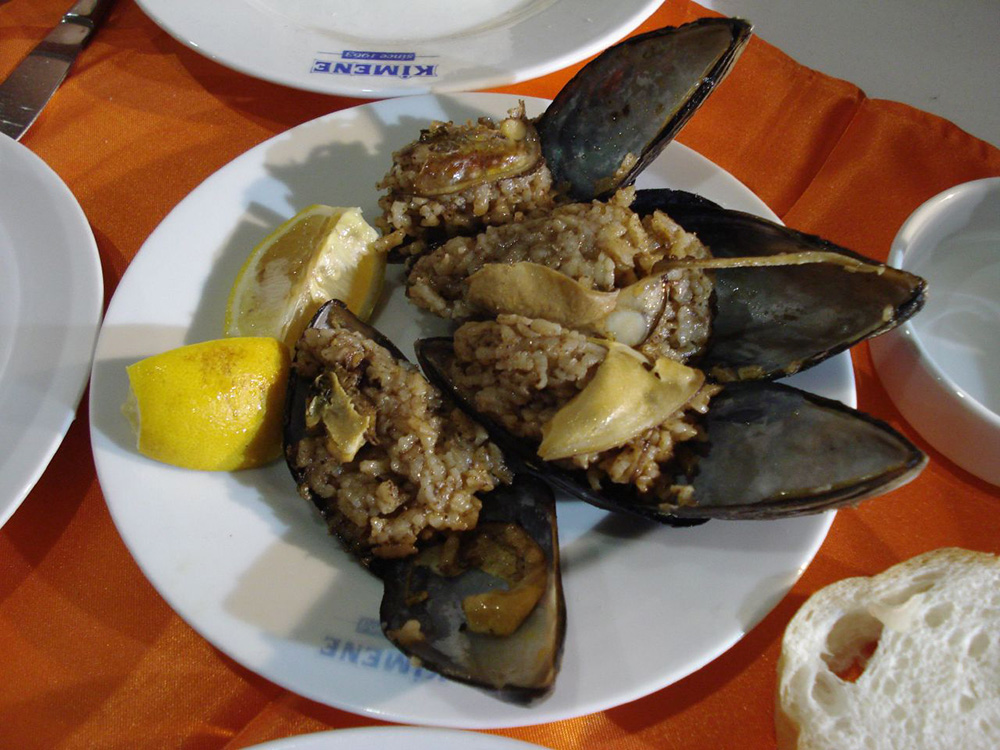 A plate of midye dolma. Photo courtesy of ximena.
