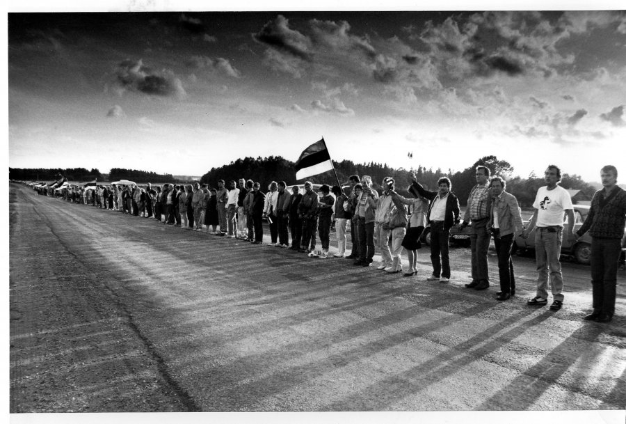 The Baltic Chain, citizens from all three Baltic states join together to ask for freedom. Photo courtesy rahvarinne.ee.