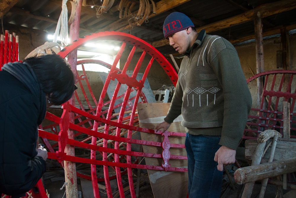 """A yurt building master from Kyzyl-Tuu village shows us how the wood is curved to make a """"tunduk"""" without using any nails."""