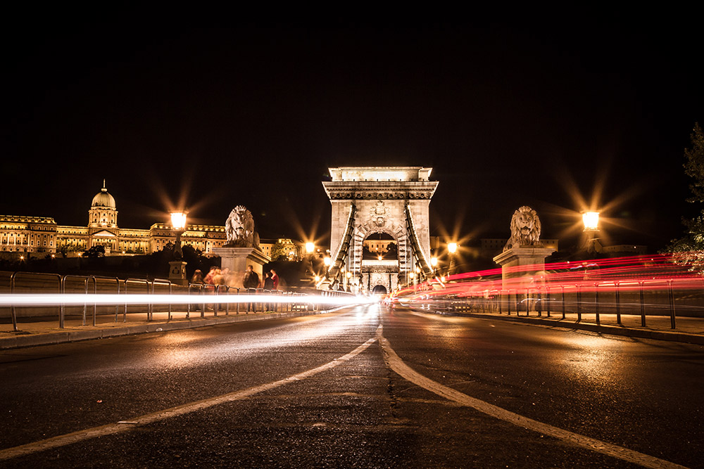 Night on the Chain Bridge offers a photographer some interesting choices.