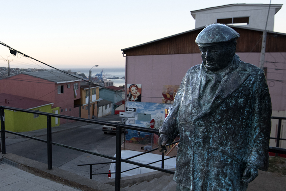 A bronze statue of Neruda at Plaza de los Poetas.