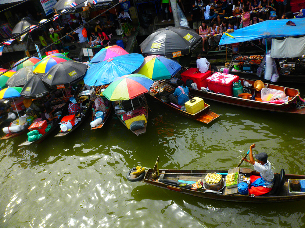 The picturesque Amphawa floating market. Photo courtesy of mkismkismk.